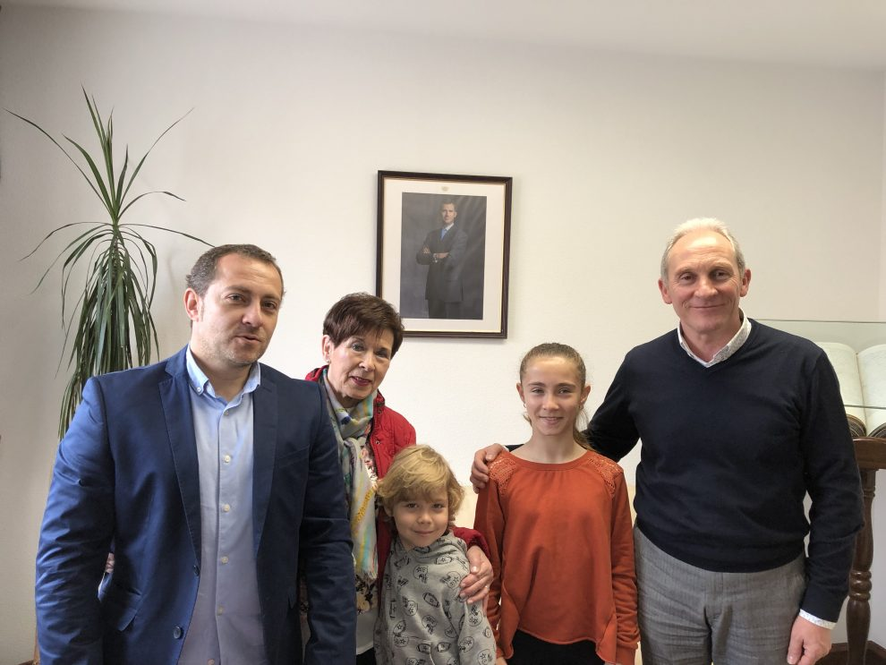 Elguea recibe a la flamante campeona de España de karate en categoría infantil, Oihane Apellániz