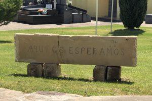 Reubicado en el nuevo cementerio de Lardero el dintel de piedra de sillería con el mensaje 'Aquí os esperamos'