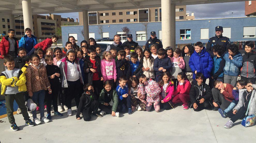 Policía Local en el colegio de Villa Patro