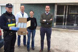 Perfum dona a la Policía Local de Lardero 1000 toallitas